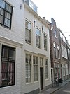 foto van Huis met geverfde rechte gevel, gootlijst op klossen