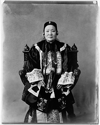 Ho Miu-ling - Mme Wu Tingfang (Ho Miu-ling) in elaborate dress, photographed by Frances Benjamin Johnston, from the George Grantham Bain Collection, Library of Congress.