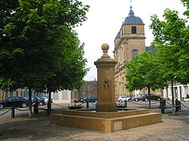 Place de l'Hôtel de Ville: the fountain and Saint-Martin's church