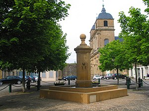 Montmédy - Place de l'Hôtel de Ville: the fountain and Saint-Martin's church