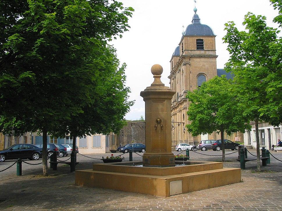Place de l'Hôtel de Ville: the fountain and Saint-Martin's church