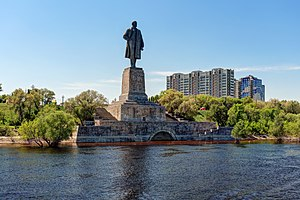 Monument to Lenin at the entrance of the Volga-Don canal P5150728 2200.jpg