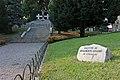 Monumento ai Caduti (il vialetto di accesso).jpg