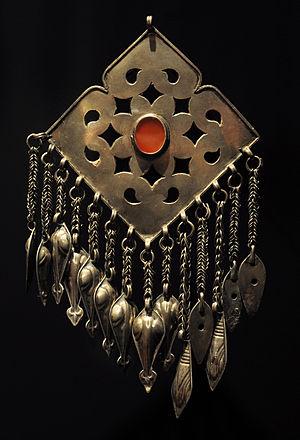 Culture of Turkmenistan - Image: Musée du Quai Branly Pendentif turkmene 04032012 1