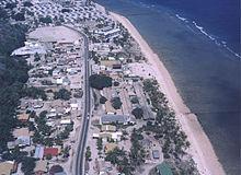 Vista aerea della costa nei pressi di Denigomodu e Nibok. La Island Ring Road è visibile al centro.