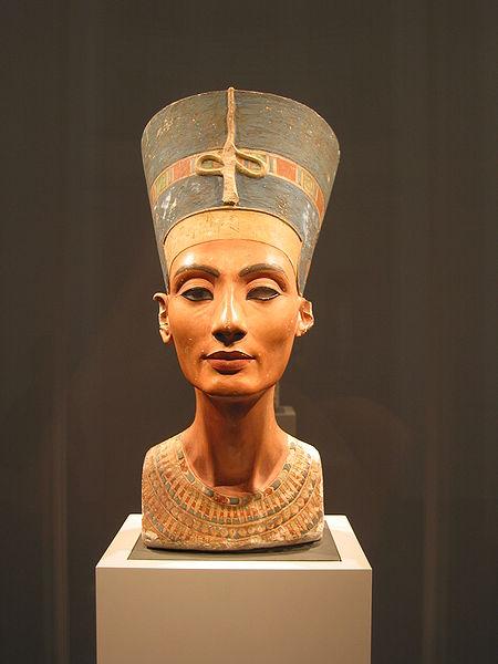 Ficheiro:Nefertiti bust (front).jpg