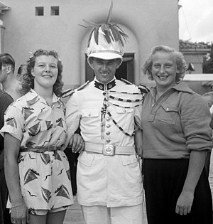 Military of Monaco - A Monegasque soldier posing with two Dutch Olympic swimmers (Nel van Vliet and Hannie Termeulen) at the 1947 European Aquatics Championships