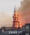 Notre-Dame-de-Paris, les dernières minutes de la flèche (cropped).png