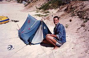 Olivier Racine devant sa tente où il vit 4 ans de 1988 à 1992 à Nai Harn Beach en Thaïlande