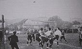 Photographie montrant les joueurs de l'OM affrontant ceux du Stade helvètique de Marseille.