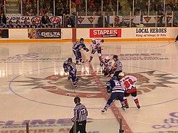 Um jogo da Ontario Hockey League, entre o Sudbury Wolves e o Ottawa 67's.