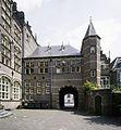 Overzicht van de achtergevel van het poortgeboouw met de rondboogpoort - 's-Gravenhage - 20387570 - RCE.jpg