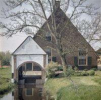 Overzicht van de voorgevel van de boerderij met boothuis - Woerden - 20382303 - RCE.jpg