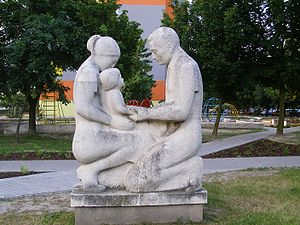 Parents with child Statue, Hrobákova street, P...