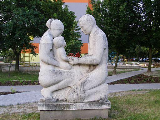 Parinti cu copil - Statuie in Hrobákova street, Petržalka, Bratislava, Slovakia