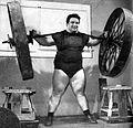 Paul Anderson, durante lo squat con una ruota di carro.jpg