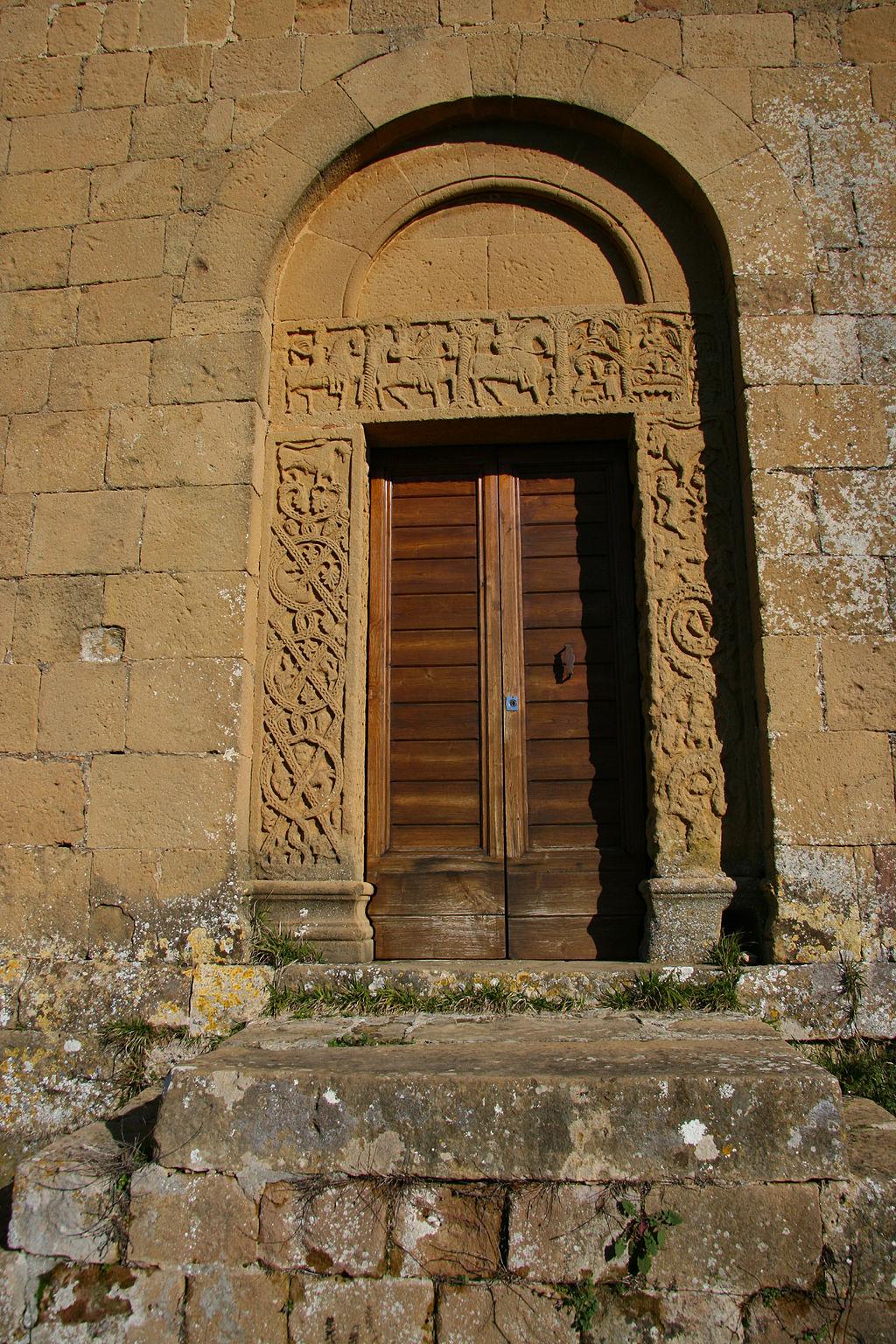 Pieve Corsignano portale laterale