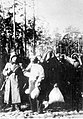Policjanci niemieccy prowadzą Polaków na rozstrzelanie w Palmirach (21-206-1).jpg