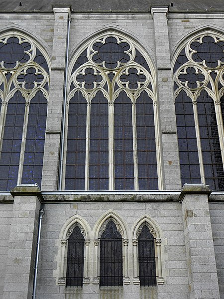 Façade est de la basilique Notre-Dame-d'Espérance de Pontmain (53). Seconde travée de nef.