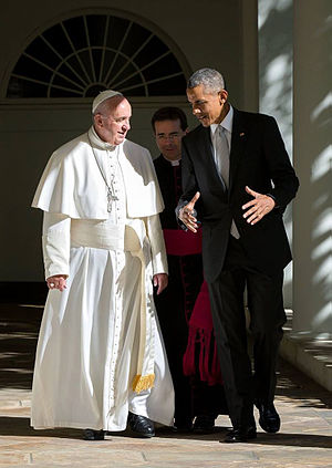 Pope Francis's 2015 visit to North America - Pope Francis and President Barack Obama walk along the East Wing Colonnade