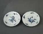 Porslin. Två tallrikar med blå blomsterdekor - Hallwylska museet - 89159.tif