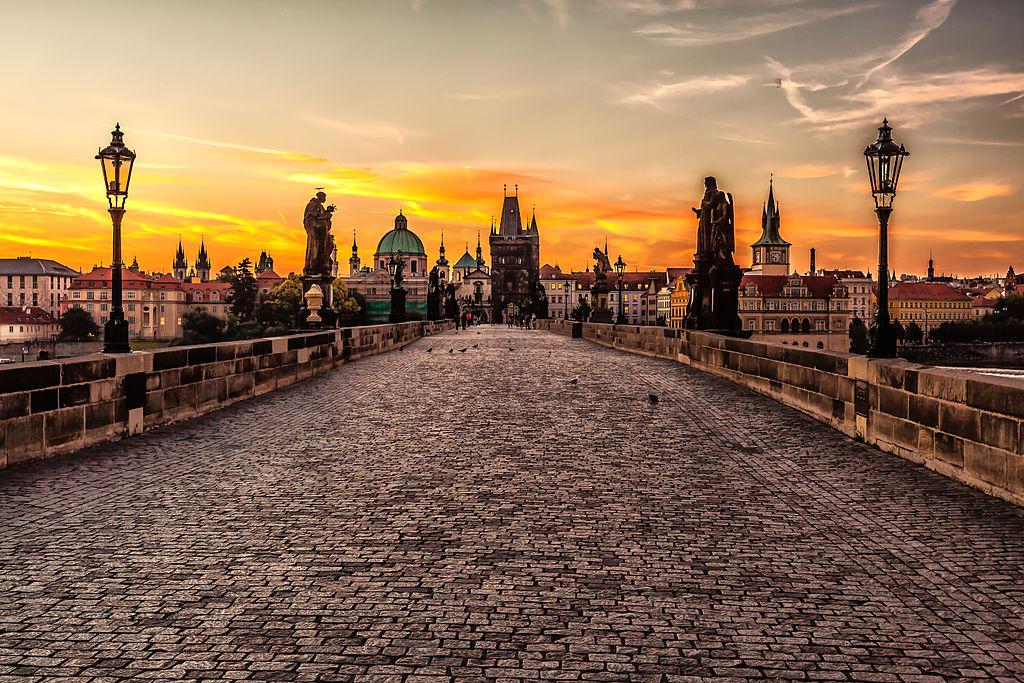 Pont Charles au lever du soleil à Prague - Photo de Valerii Tkachenko