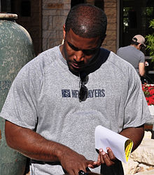 Description de l'image  Priest Holmes speaks with soldiers CROPPED.jpg.