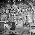 Priester bij het altaar in de Heilige Grafkerk, Bestanddeelnr 255-5213.jpg