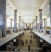 ¡COMPAÑEROS! Dos preguntas relacionadas a la economía de un estado socialista. 180px-RIAN_archive_512473_Entrance_hall_at_V._I._Lenin_State_Library_of_the_USSR