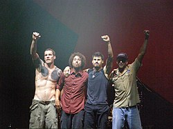 Rage Against the Machine v októbri 2007. Zľava: Tim Commerford, Zack de la Rocha, Brad Wilk, Tom Morello