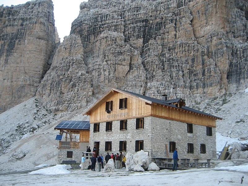 File:Rifugio Alimonta, 2600 m, Brenta.JPG