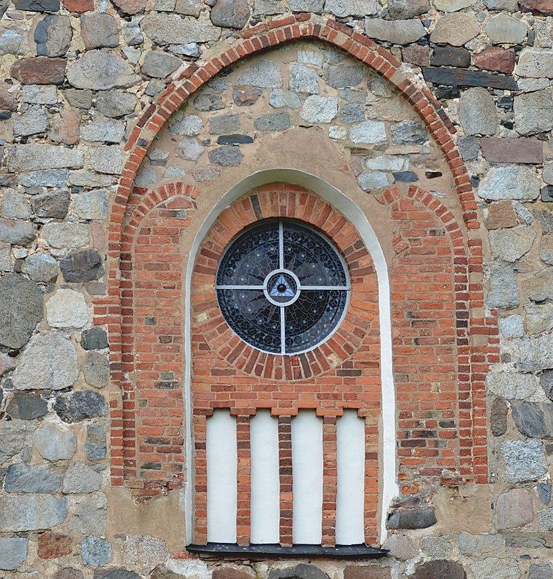 Rosettfönster in Skepptuna kyrka.jpg