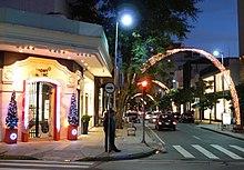 Rua Oscar Freire, na região dos Jardins, eleita a oitava rua mais luxuosa do planeta[144]