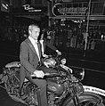 Rutger Hauer (links) en Jeroen Krabbé op motor bij aankomst, Bestanddeelnr 929-3580.jpg