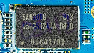 Samsung SGH-D880 - Samsung K5L6532ATA-D870 on motherboard-9721.jpg