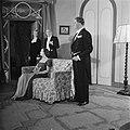 Scene uit Lastige mannen, toneelstuk van Het Vrije Toneel in het Leidsepleinth, Bestanddeelnr 903-7725.jpg