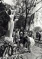 Schoolkinderen leggen bloemen bij het oorlogsmonument op het Wildhoefplantsoen. Aangekocht in 1987 van United Photos de Boer. - Negatiefnummer 27566 k 16 A. - Gepubliceerd in het Haarlems Dagblad van .JPG