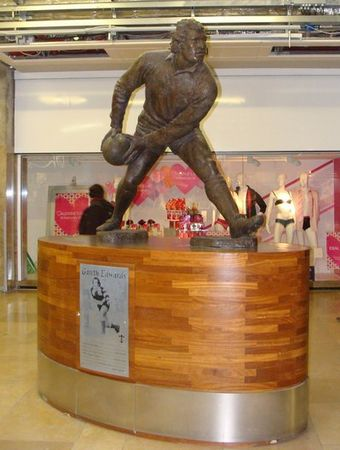 The sculpture of Gareth Edwards in St David's Centre Sculpture of rugby union player Gareth Edwards.jpg