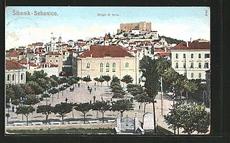 Šibenik - Šibenik's Borgo di Terra (land-side borough) in 1907 - today's Poljana Maršala Tita. In the foreground the National Theatre and in the background the Fortress (Tvrđava sv. Mihovila/Castel vecchio).