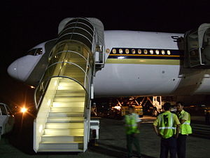English: Singapore Airlines B777 at Ibrahim Na...