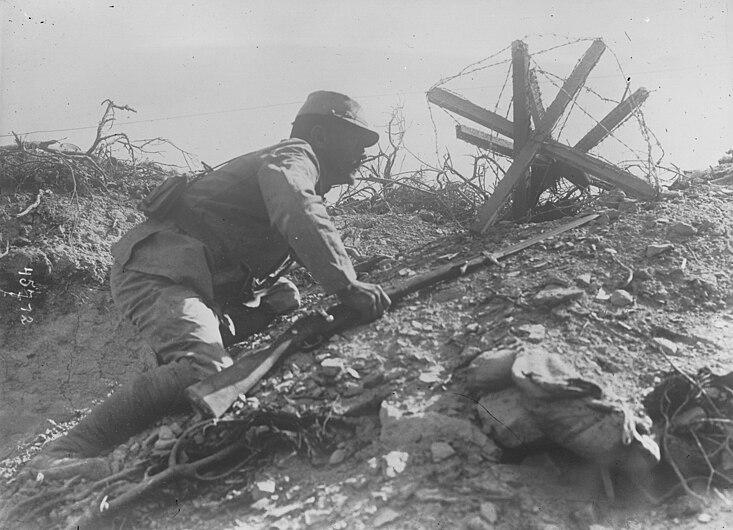 Soldat francais rampant dans un tranchee aux Dardanelles 1915.jpg