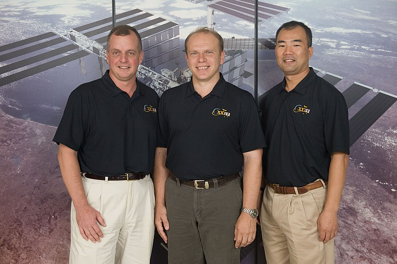 File:Soyuz TMA-17 crew.jpg