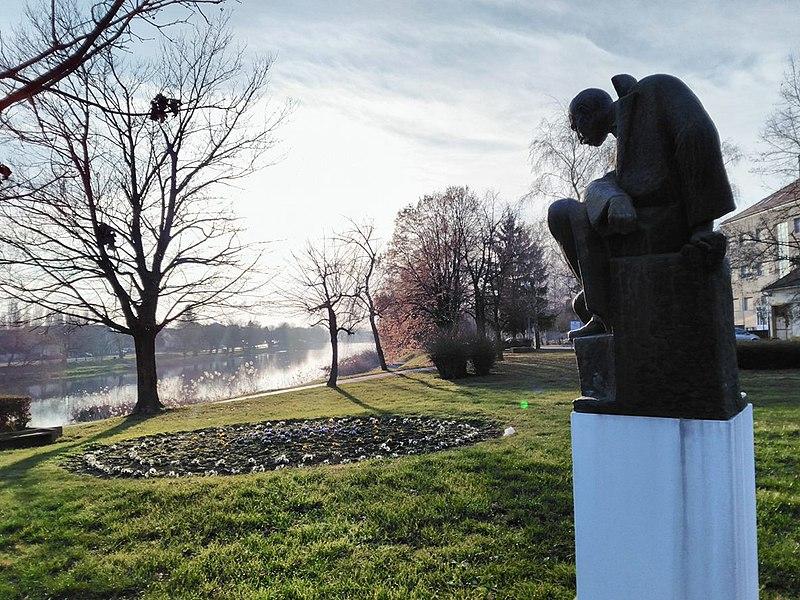 File:Spomenik Josipa Kozarca u Vinkovcima-Споменик Јосипа Козарца у Винковцима 1.jpg