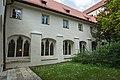 St. Blasius Regensburg Albertus-Magnus-Platz 1 D-3-62-000-24 10 Klostergarten Westseite Kreuzgang.jpg