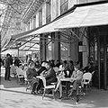 Terras van café-restaurant Deux Magots in Saint-Germain-des-Prés, Bestanddeelnr 254-0436.jpg