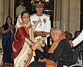 The President, Smt. Pratibha Devisingh Patil presenting the Padma Bhushan Award to Shri Shashi Kapoor, at an Investiture Ceremony II, at Rashtrapati Bhavan, in New Delhi on April 01, 2011.jpg