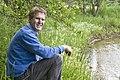 Theo Spek poseert langs het Amerdiep, onderdeel van het Nationale Landschap Drentsche Aa - Amen - 20429675 - RCE.jpg