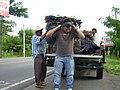 Tlamemes de Guatajiagua riendo con la inexperiencia de joven. - panoramio.jpg