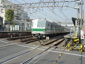 Tokyo Metro Chiyoda Line - Image: Tokyo Metro 6035 Higashikitazawa Station