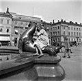 Tyttö merileijonan selässä Havis Amandan suihkulähteellä. - N2000 (hkm.HKMS000005-000001c2).jpg
